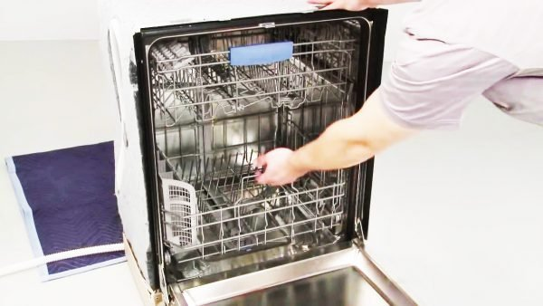 Empty the Bosch dishwasher